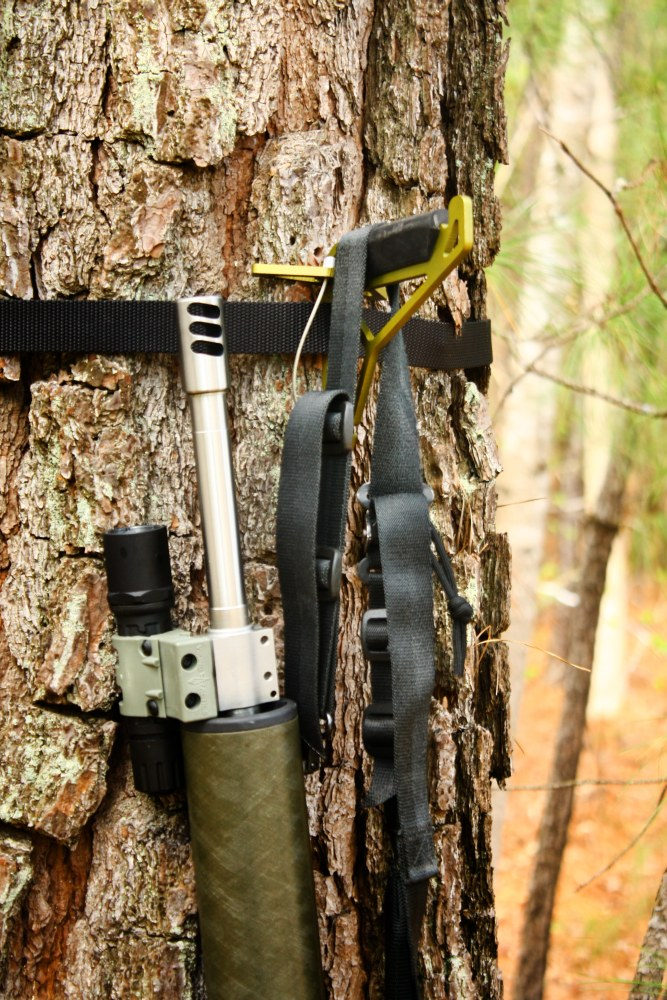 tree-hook-with-ar-15-closeup